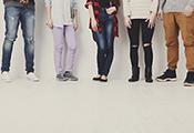 Beine von Jugendlichen mit verschiedenen Körperhaltungen und Kleidungsstilen