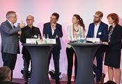 BIBB-Präsident Friedrich Hubert Esser und fünf weitere Personen bei einer Podiumsdiskussion