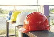 Tisch mit Schutzhelmen für Bauarbeiterinnen und Bauarbeiter