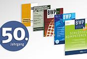 """Mehrere Ausgaben der Zeitschrift BWP von 1972 bis heute, daneben eine """"50"""""""