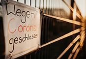 """Schild an Betriebszaun: """"Wegen Corona geschlossen"""""""