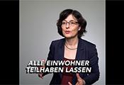 """Ausschnitt aus einem Video des Projekts: Frau im Interview, eingeblendetes Motto """"Alle Einwohner teilhaben lassen"""""""