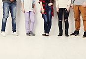 Jugendliche, in einer Reihe stehend, nur die unteren Körperhälften sichtbar