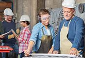 Fachkräfte und Auszubildende in einem Handwerksbetrieb