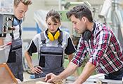 Männliche und weibliche Auszubildende in einem Industriebetrieb
